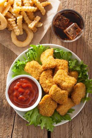 alimentos y bebidas: nuggets de pollo de comida r�pida con la salsa de tomate, papas fritas, refrescos de cola