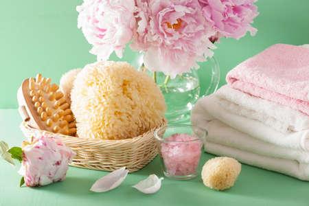 bañarse: baño y spa con toallas de esponja de pincel flores de peonía