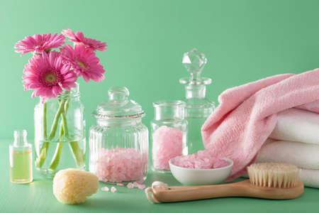 cuarto de ba�o: aromaterapia spa con flores de gerbera cepillo de aceite esencial