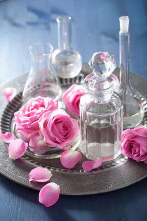 destilacion: conjunto de aromaterapia con flores de rosa y frascos