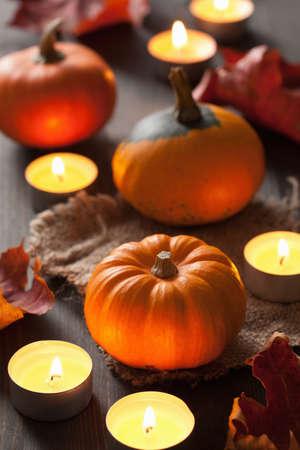 kerze: Dekoratives Halloween Herbst Kürbisse und Kerzen