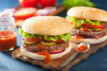 hamburguesa: burger with beef patty lettuce onion tomato ketchup