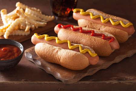 salsa de tomate: perros calientes a la parrilla con salsa de mostaza y papas fritas