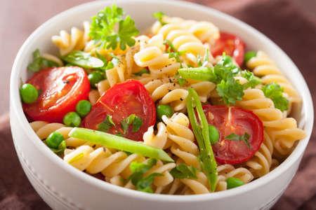 pasta: fusilli pasta vegetariana con guisantes tomate hierbas