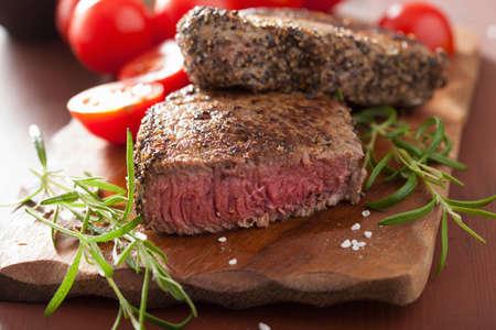 나무 배경에 향신료와 로즈마리 쇠고기 스테이크