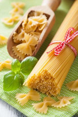 pastas: prima espaguetis pasta farfalle de cocina italiana