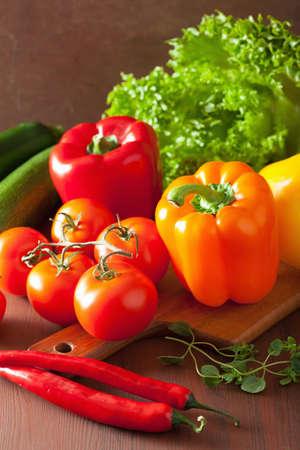tomate: des légumes sains salade de tomates poivre sur fond rustique