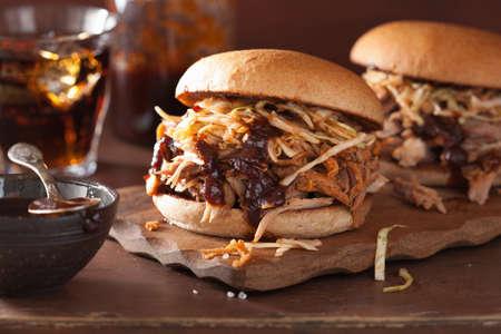 grilled pork: tự làm bánh burger thịt lợn kéo với xà lách trộn và bbq sốt