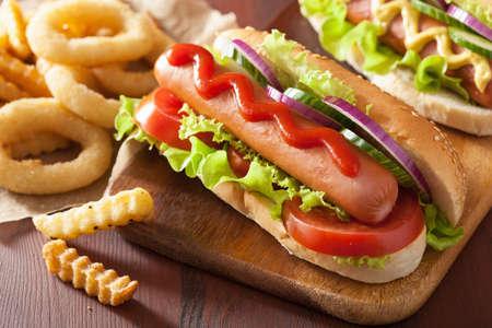 comida rapida: hot dog con verduras de mostaza salsa de tomate y papas fritas Foto de archivo