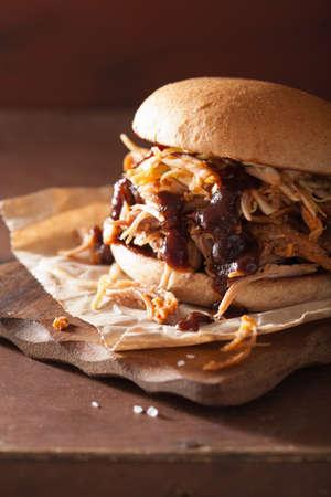 hecha en casa hamburguesa tirada de cerdo con col y salsa de barbacoa
