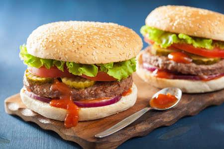 comida chatarra: hamburguesa con lechuga hamburguesa de ternera salsa de tomate cebolla