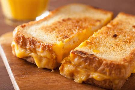 朝食の自家製グリルド チーズ サンドイッチ 写真素材 - 48011861