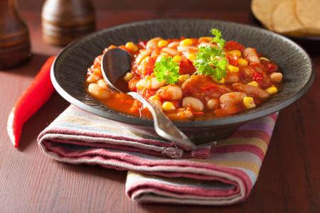frijoles rojos: chili vegetariano mexicano en placa