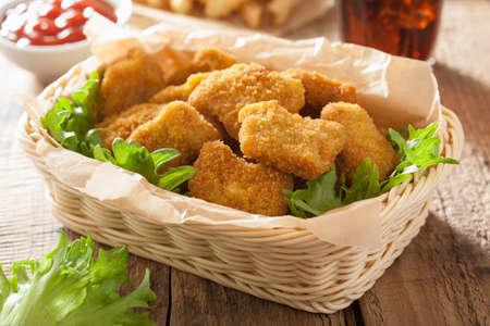 carne de pollo: nuggets de pollo de comida r�pida papas fritas con salsa de tomate franc�s cola