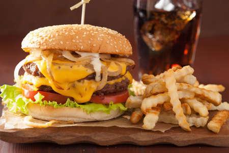 fastfood: cheeseburger đôi với cà chua và hành tây