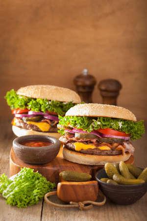 pickles: tocino hamburguesa de queso con cebolla encurtidos de tomate Foto de archivo