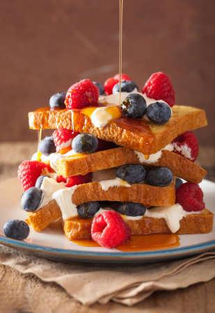 French toast met crème fraiche en bessen voor ontbijt Stockfoto - 50250208