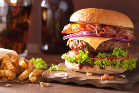 Bacon Cheese Burger mit Rindfleisch Patty, Tomate, Zwiebel Standard-Bild - 50250352