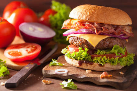 bacon cheese burger with beef patty tomato onion Imagens - 50250400