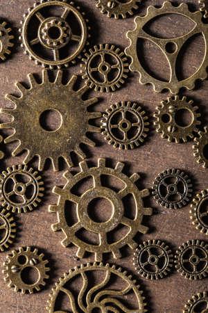 oxidado: engranajes mecánicos engranajes de Steampunk ruedas en el fondo de madera