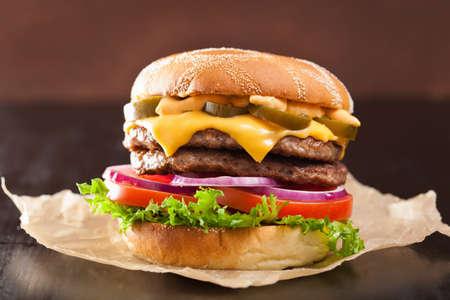 hamburguesa: hamburguesa doble de queso con cebolla tomate jalape�o Foto de archivo