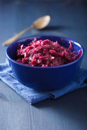 repollo: encurtido de repollo rojo en un tazón