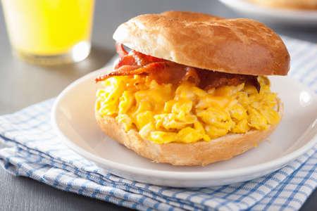 bocadillo: s�ndwich de desayuno en el panecillo con queso de tocino huevo Foto de archivo