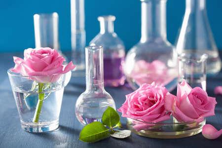 alquimia: la alquimia y la aromaterapia con flores de rosa y frascos de qu�micos Foto de archivo