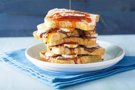 in syrup: verter caramelo sobre tostadas fritas con salsa de chocolate plátano para el desayuno
