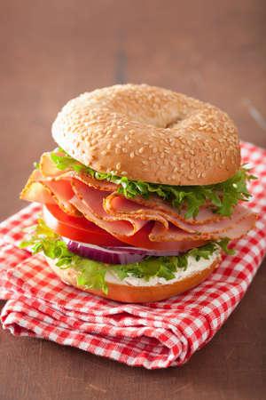 jamon y queso: sándwich de jamón en el panecillo con crema de queso, tomate cebolla