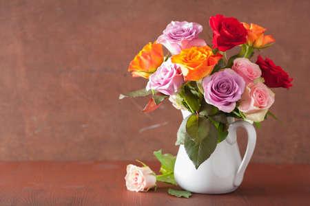 belle coloré rose bouquet de fleurs dans un vase
