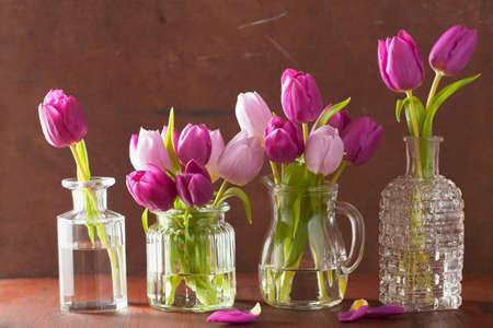 ramo de flores: hermosas flores de color púrpura tulipán ramo en el florero Foto de archivo