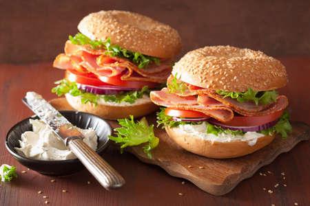 クリーム チーズ トマト オニオンのベーグルにハムのサンドイッチ