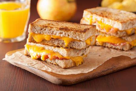 gegrilde kaas en bacon sandwich