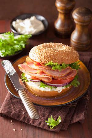 jamon: sándwich de jamón en el panecillo con crema de queso, tomate cebolla