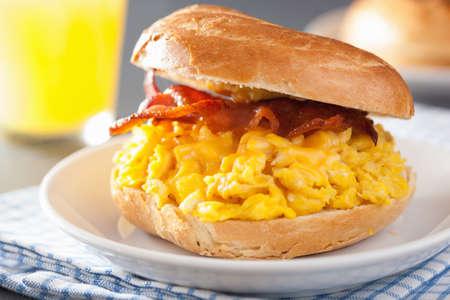 bocadillo: sándwich de desayuno en el panecillo con queso de tocino huevo Foto de archivo