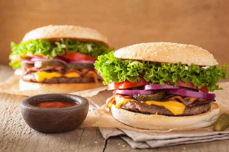 carne roja: tocino hamburguesa de queso con cebolla encurtidos de tomate Foto de archivo