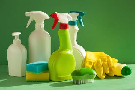 gospodarstwo domowe: Spray do czyszczenia przedmiotów gospodarstwa domowego pędzla gąbka rękawiczki Zdjęcie Seryjne