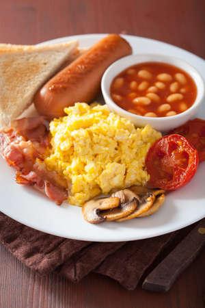 huevos revueltos: Inglés desayuno completo con huevos revueltos, bacon, salchichas, frijoles, tomate