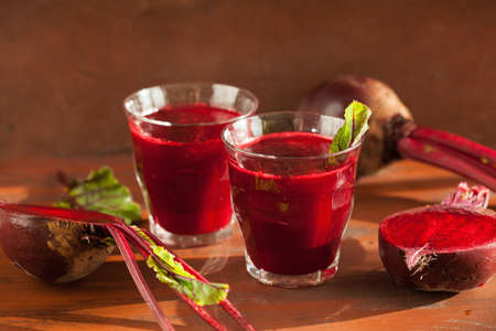 remolacha: fresh healthy beetroot juice and vegetable Foto de archivo