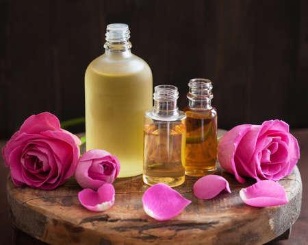 Aromatherapie Spa Parfümerie mit ätherischen Ölen und Rosenblüten
