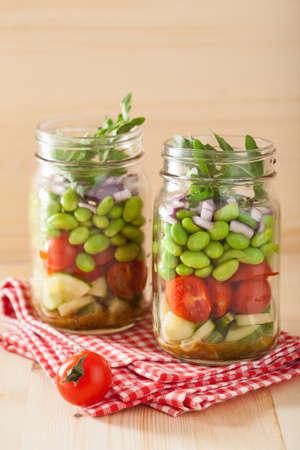 ensalada de verduras: ensalada de vegetales saludables en frasco de conservas: tomate, pepino, soja, cebolla