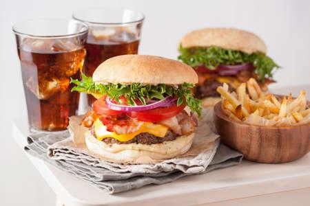 베이컨 치즈 햄버거와 쇠고기 패티 토마토 양파