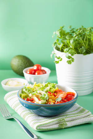 健康な菜食主義者アボカド サラダ トマトととうもろこし