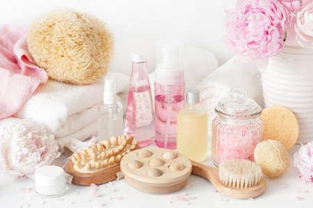 Bagno e centro benessere con fiori di peonia prodotti di bellezza asciugamani da cucina Archivio Fotografico - 81887750