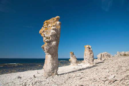 Pilares de piedra caliza en la isla de Faro Suecia Foto de archivo - 82802670