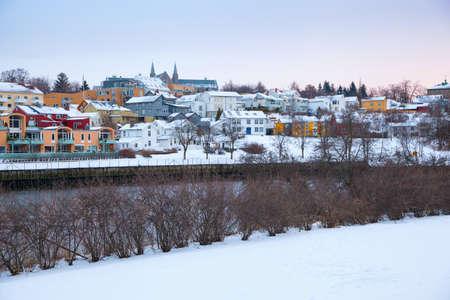 De wintermening van huizen in de stad Noorwegen van Trondheim