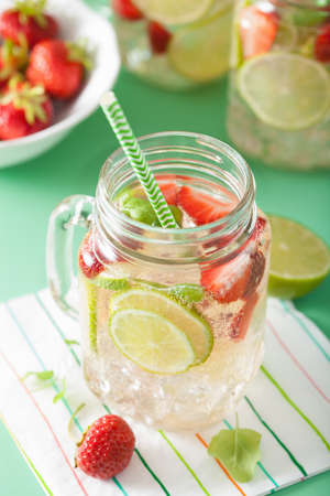 refreshing summer lemonade with strawberry and lime in mason jar Stok Fotoğraf - 83599361