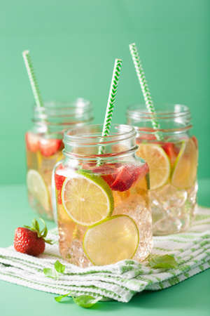 refreshing summer lemonade with strawberry and lime in mason jar Stok Fotoğraf - 83598901