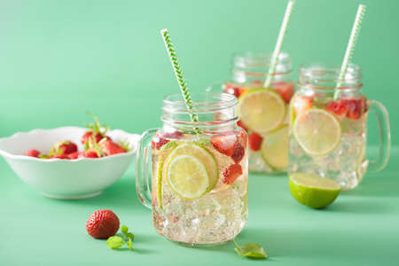 refreshing summer lemonade with strawberry and lime in mason jar Stok Fotoğraf - 83909987